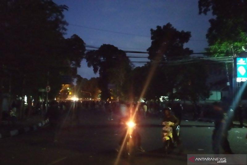 Aksi berujung rusuh, Polisi bubarkan massa di DPRD Jabar