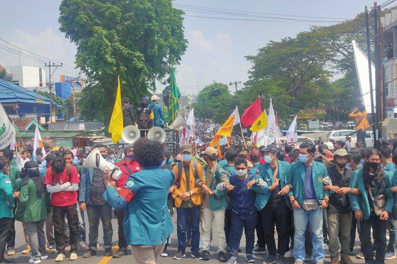 Mahasiswa Lampung Kerjakan Tugas Walau Demo Tolak Omnibus Law