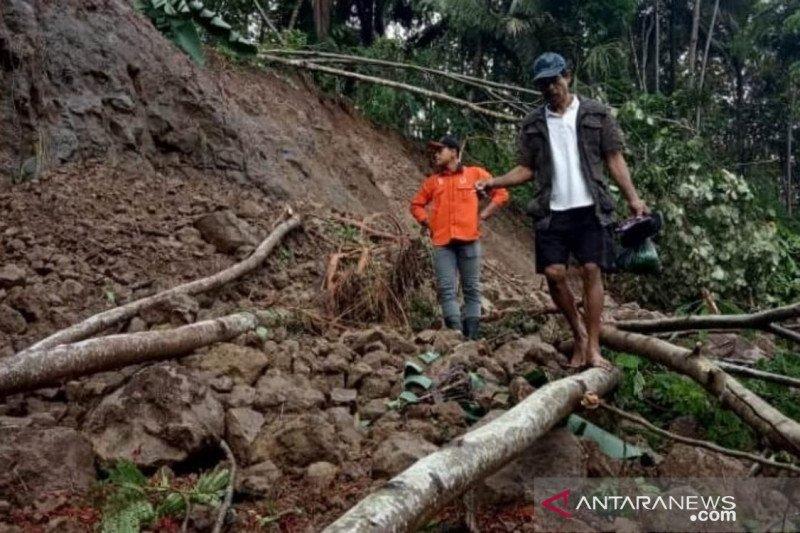 BPBD Cianjur masih berupaya membuka jalan tertimbun longsor