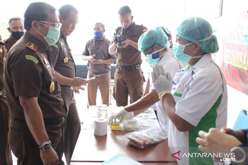 Ratusan pegawai Kejaksaan NTT tes urine