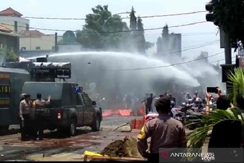 Polisi Cirebon bubarkan pengunjuk rasa tak berizin