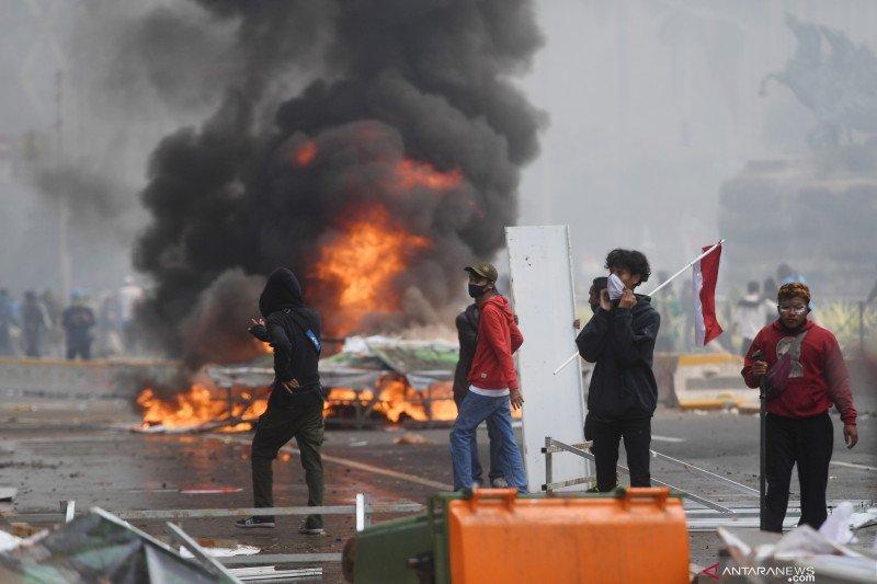 Polisi tangkap terduga perusuh saat aksi di Istana Merdeka
