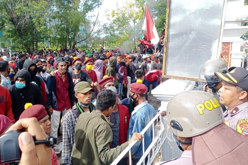 Polisi tahan tiga pelajar SMA  terlibat aksi unjuk rasa di Kupang