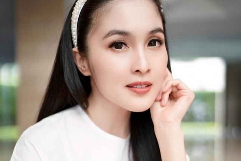 "Tips rawat kulit bagi ""working mom"" ala artis  Sandra Dewi"