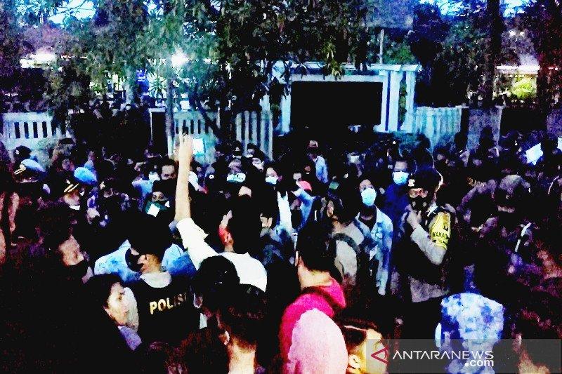 Demonstrasi Omnibus Law di Kotim dibubarkan paksa, enam orang diamankan