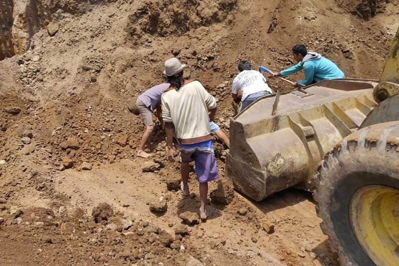 Dua pekerja bangunan di Dawe Kudus tewas tertimbun tebing yang longsor