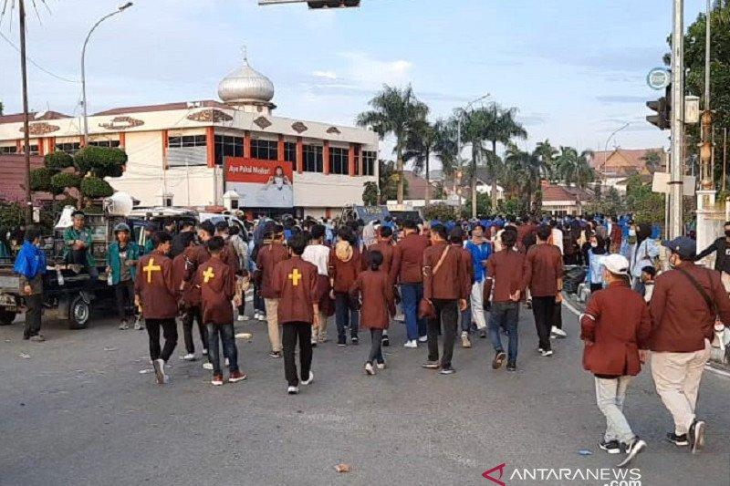 Aksi mahasiswa di Pekanbaru dibubarkan dengan sholawat
