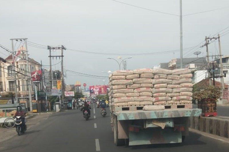Truk besar melewati kawasan bisnis kota Bandarlampung