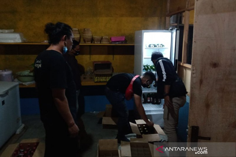 Ratusan botol minuman keras di Cakranegara disita polisi