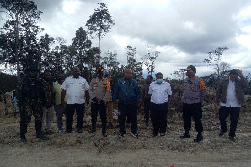 Bupati Lanny Jaya tinjau pembangunan jalan menuju Kuyawage