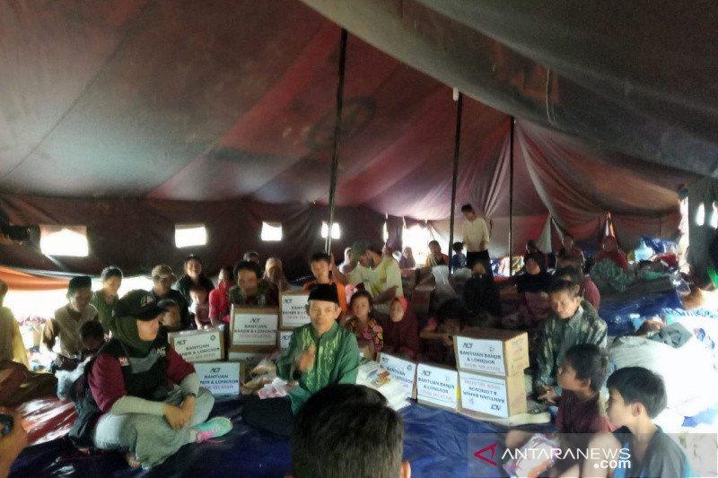 Puluhan warga mengungsi akibat tanah longsor di Tasikmalaya
