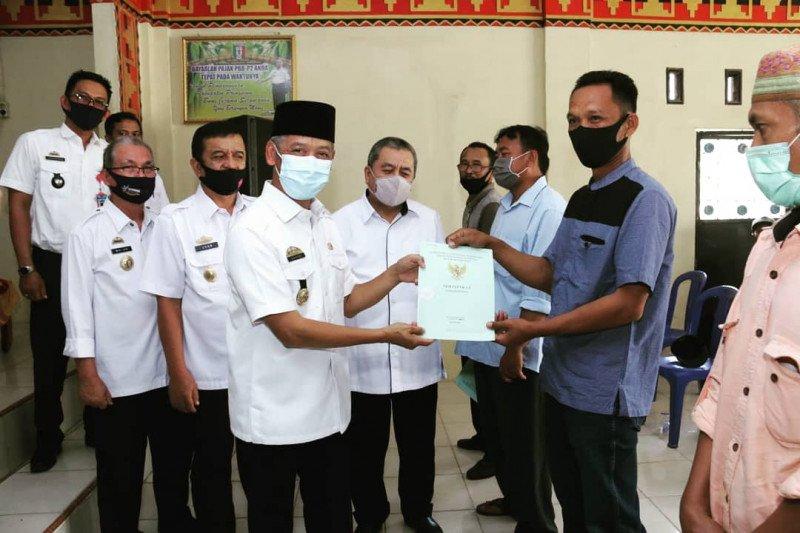 Bupati Pringsewu serahkan sertifikat kepada masyarakat Pekon Sinarwaya