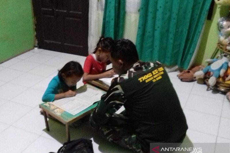 Satgas TMMD ajari anak - anak belajar di rumah induk semang