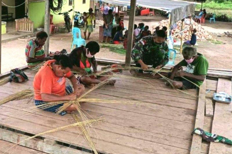 Satgas Yonif 125/Si'mbisa ajari ketrampilan anyaman lidi warga Kampung Toray