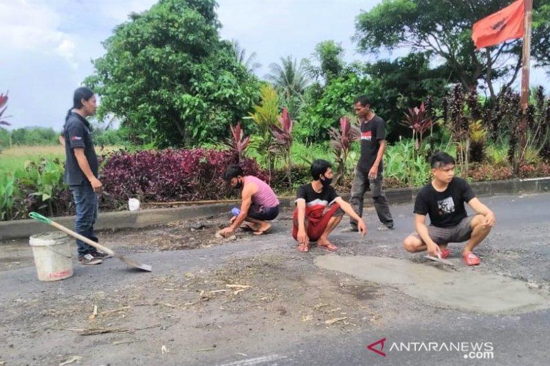 CMC Tempel Jalan Berlubang di Minut