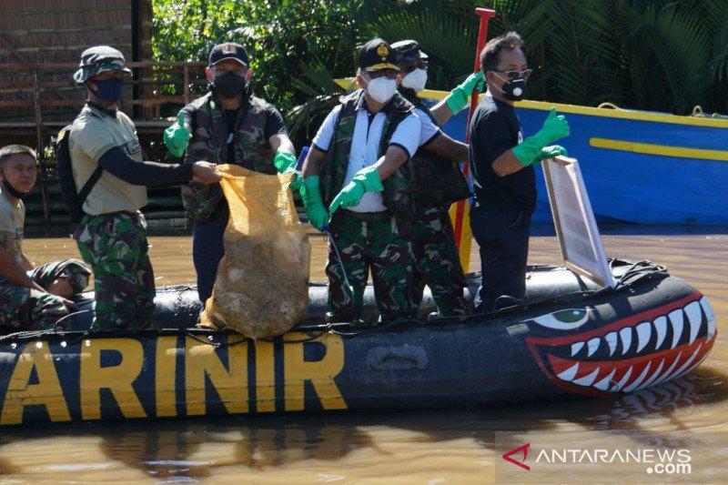 Lantamal VIII menggelar bersih-bersih sungai di Manado