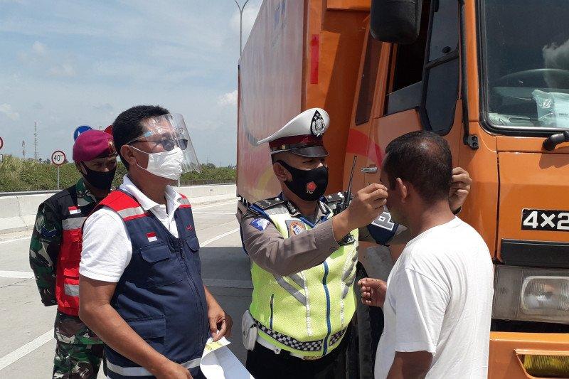 HK lakukan sosialisasi penggunaan masker di pintu masuk gerbang tol