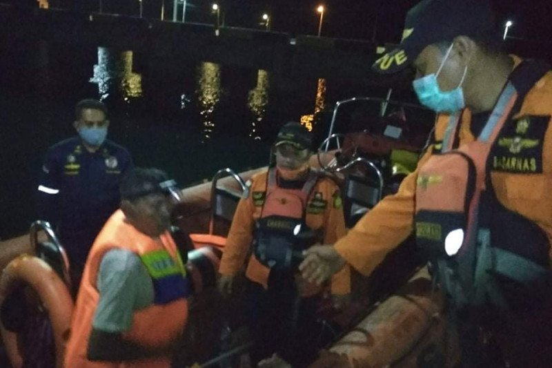 SAR Kolaka evakuasi kapal nelayan patah AS di perairan Lambasina