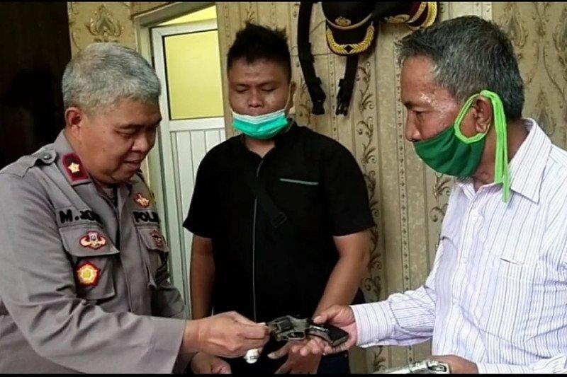 Tokoh masyarakat serahkan empat pucuk senpi ke Polres Mesuji