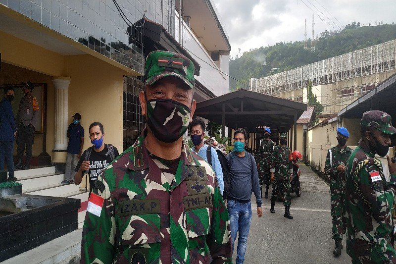 Tiga anggota TNI terluka usai kendaraan militer ditembak KKB