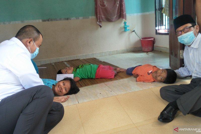 Tiga saudara alami rapuh tulang di Pariaman akan mendapat bantuan setiap bulan