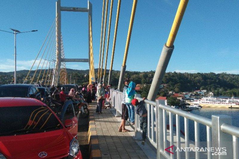 Jembatan Teluk Kendari dipadati warga pasca-diresmikan Presiden Jokowi