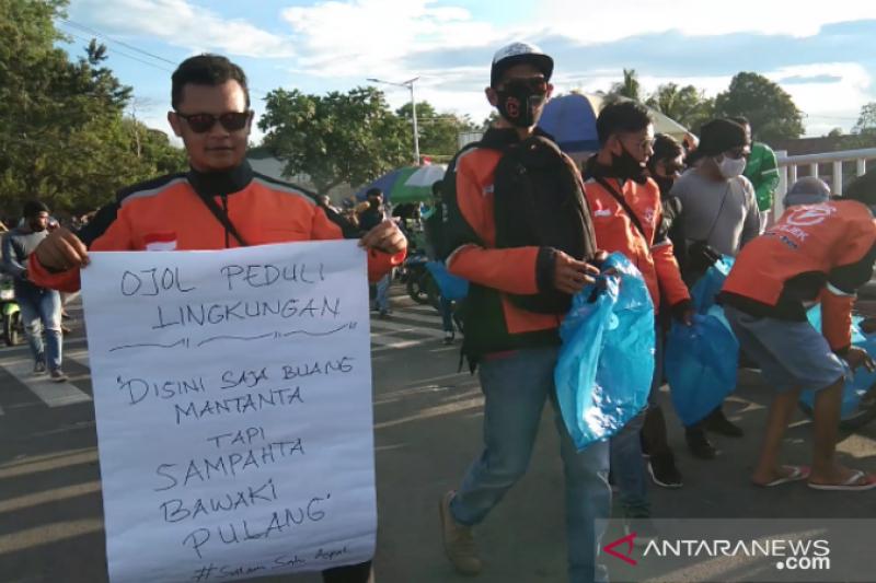 Komunitas Grab-Gojek dan Okejek aksi bersih Jembatan Teluk Kendari