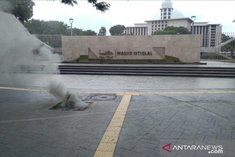 Kepulan asap keluar di depan Masjid Istiqlal Jakarta akibat kabel listrik terbakar