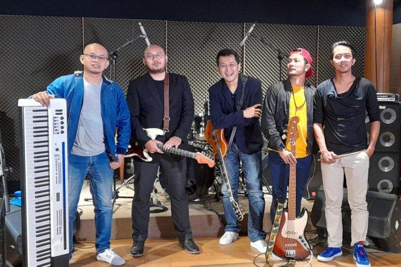 """Grup band Sens aransemen ulang lagu """"Hanya Karena Cinta"""" Lobow"""
