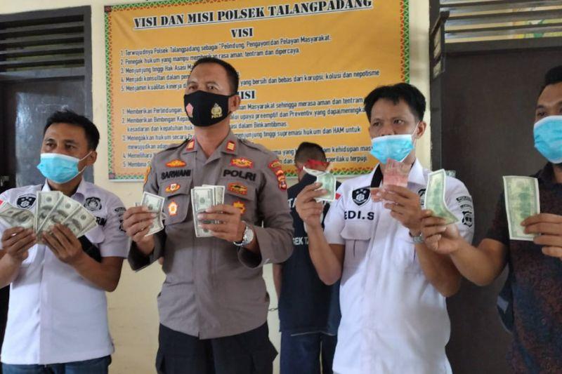 Polisi tangkap dua tersangka pengedar dolar palsu