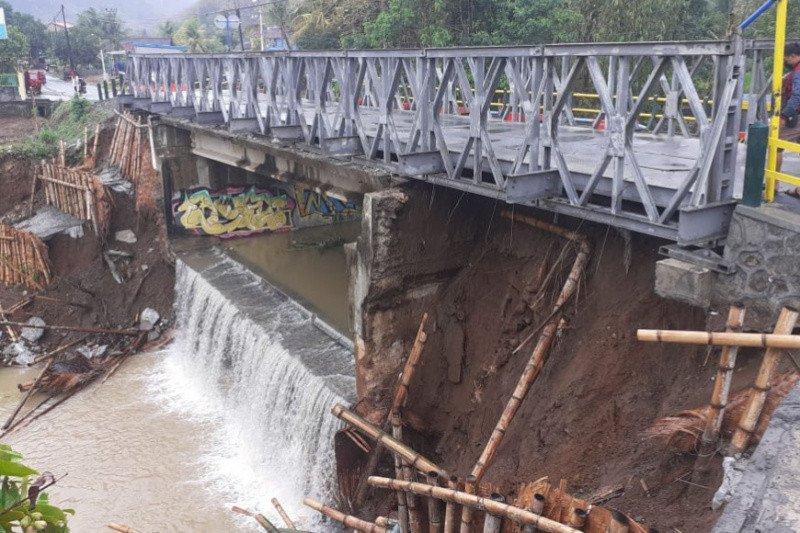 Hujan deras di Bantul menyebabkan longsor bagian bawah jembatan