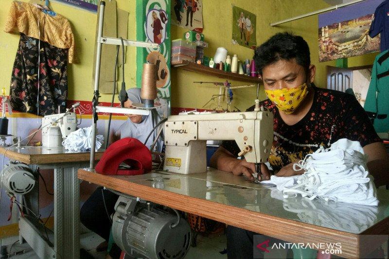 Konveksi  di Palembang tujuh bulan bagikan masker kain gratis