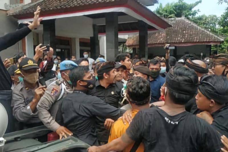 Anggota DPD RI Dapil Bali dipukul kelompok massa karena ini