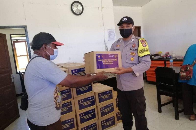 Bhabinkamtibmas Polsek Sarmi bantu salurkan bantuan sembako warga