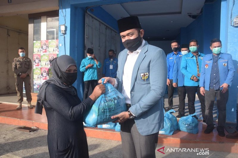 Wako Fadly Amran salurkan bantuan KNPI pusat ke masyarakat terdampakcorona