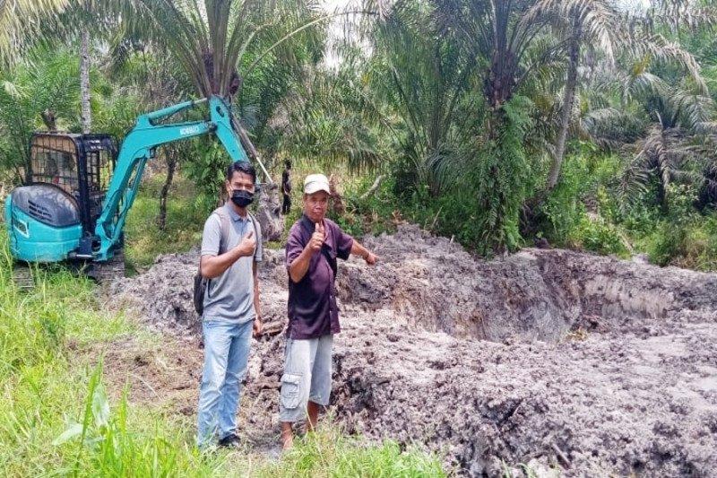 PT Sukajadi Sawit Mekar kerahkan ekskavator bantu masyarakat membuat kolam ikan