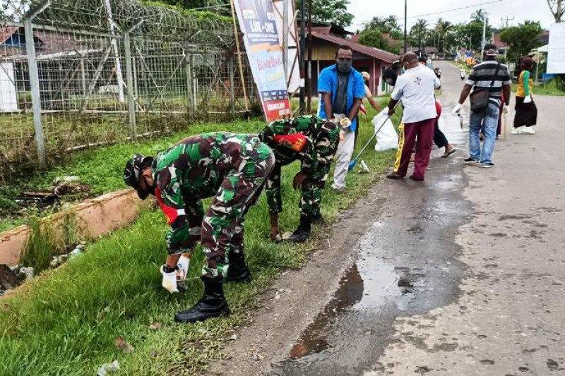 TNI-Polri bersama anggota KNPI  bersihkan fasilitas umum di Boven Digoel