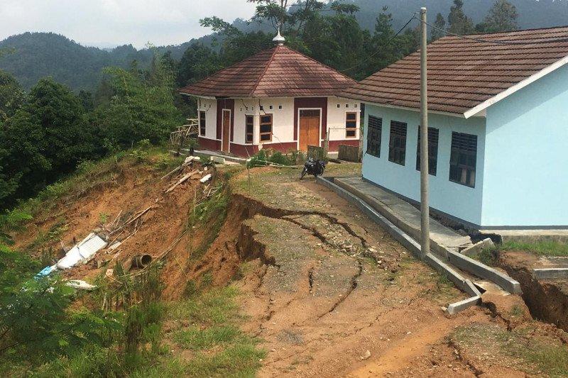 Longsor dilebak sebabkan gedung sekolah rusak