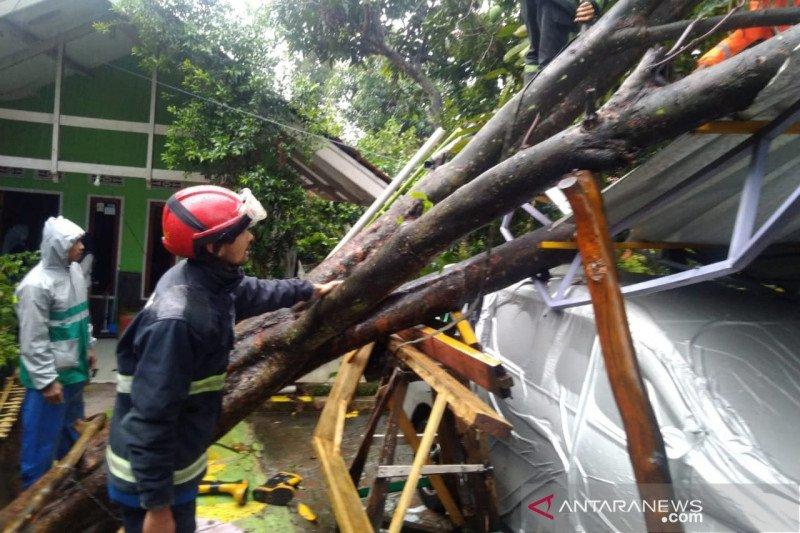 Puluhan rumah di Cicalengka Bandung rusak diterjang angin kencang