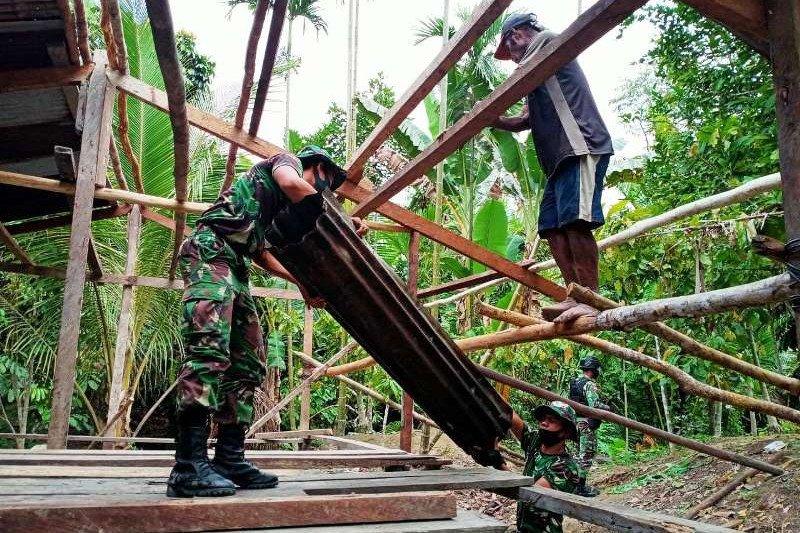 Satgas Yonif 100/PS bantu perbaiki rumah warga di perbatasan RI-PNG