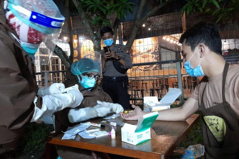 17 pengunjung warung kopi reaktif setelah dilakukan tes cepat