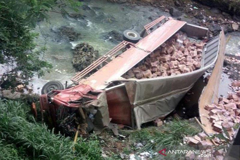 Satu orang tewas usai truk bermuatan mie instan jatuh ke jurang