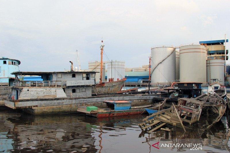 (FOTO) Bangkai Kapal di Pelabuhan