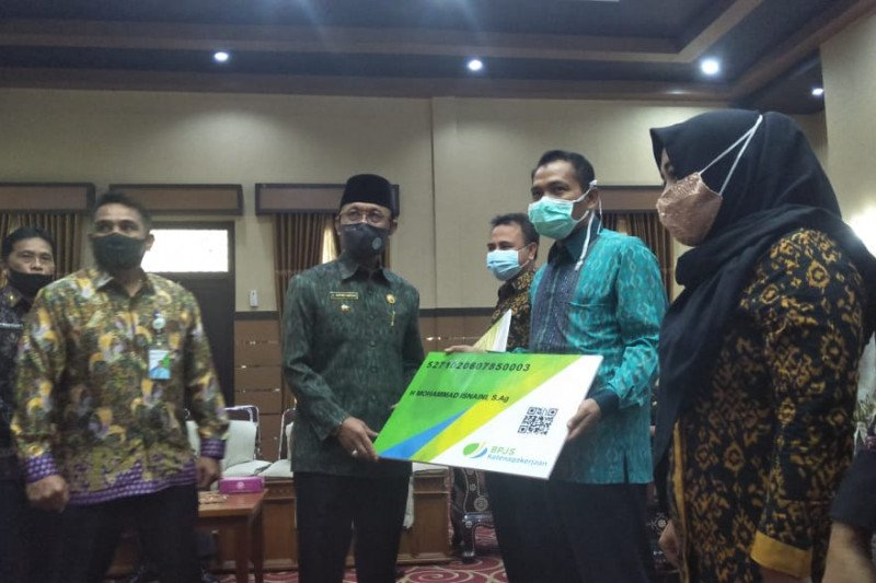 1.400 guru tidak tetap di Mataram menerima kartu peserta BPJAMSOSTEK