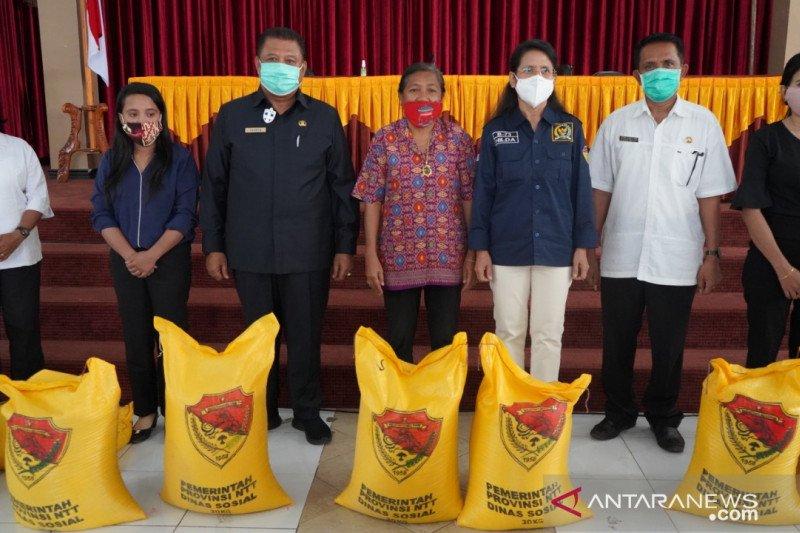 Ratusan guru di Kota Kupang dapat bantuan sosial dampak COVID-19