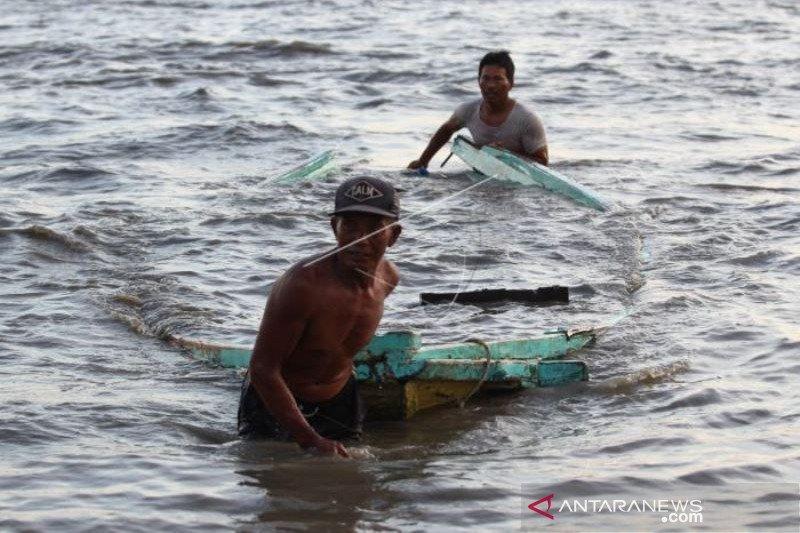 Perahu Nelayan Pecah Akibat Gelombang Tinggi Dan Angin Kencang