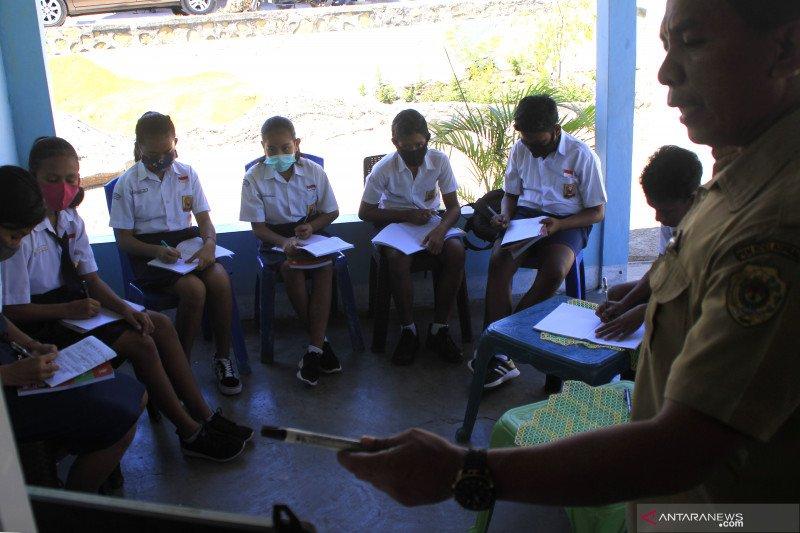 Aktivitas sekolah di Sikka mulai berjalan dengan sistem shift