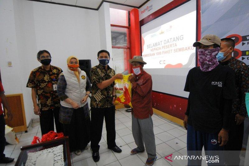 PT Telkom Wilayah Lampung membagikan 1.000 paket sembako kepada masyarakat terdampak COVID-19