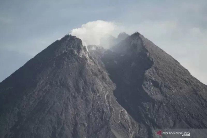 Suara guguran terdengar enam kali dari Gunung Merapi