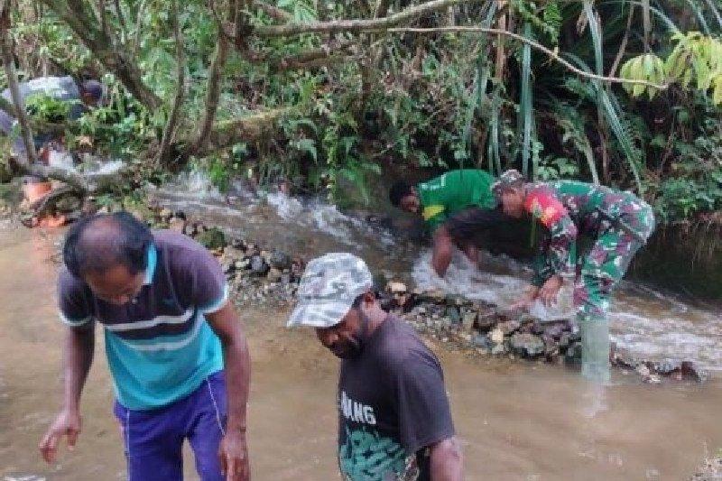 Babinsa bersama warga bersihkan saluran air PLTA Makki